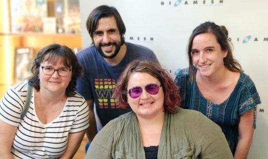 Kameron Hurley, con Anna Llisterri (traductora al catalán de La brigada lluminosa) y los editores de Mai Més.